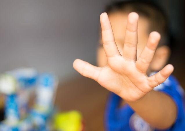 Dziecko wyciąga rękę