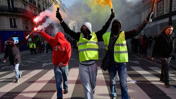 Uczestnicy demonstracji na ulicach Paryża - Sputnik Polska