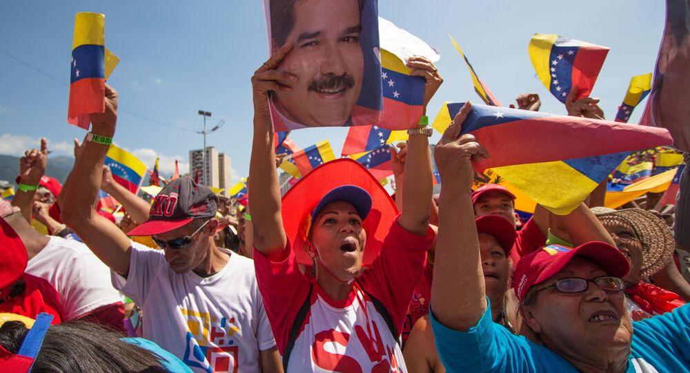 Uczestnicy podczas wiecu poparcia dla prezydenta Wenezueli Nicolasa Maduro w Caracas