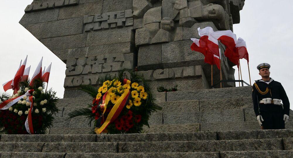 Kwiaty na cześć rocznicy wybuchu I wojny światowej pod pomnikiem obrońców wybrzeża w Gdańsku, Polska. Zdjęcie archiwalne
