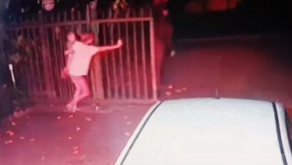 Kobieta obroniła dom przed rabusiami, nie wypuszczając z rąk dziecka (wideo) - Sputnik Polska