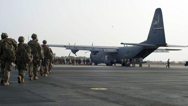Amerykańscy wojskowi wchodzą na pokład samolotu - Sputnik Polska