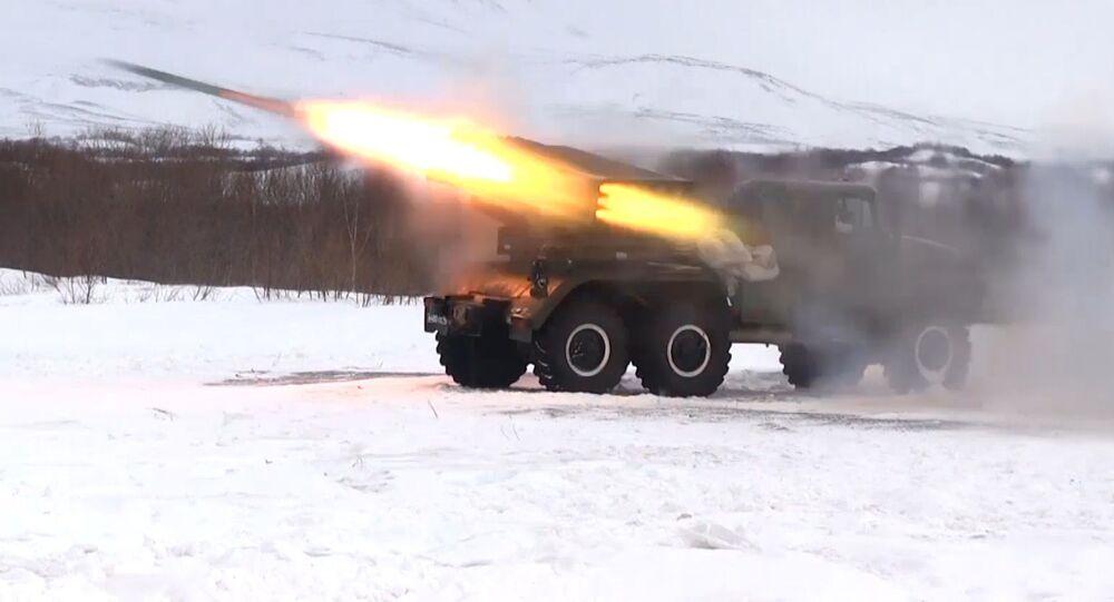 """Ćwiczenia jednostek wieloprowadnicowych wyrzutni rakietowych """"Grad"""" na Kamczatce"""
