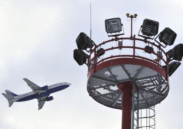 Samolot pasażerski startuje z lotniska