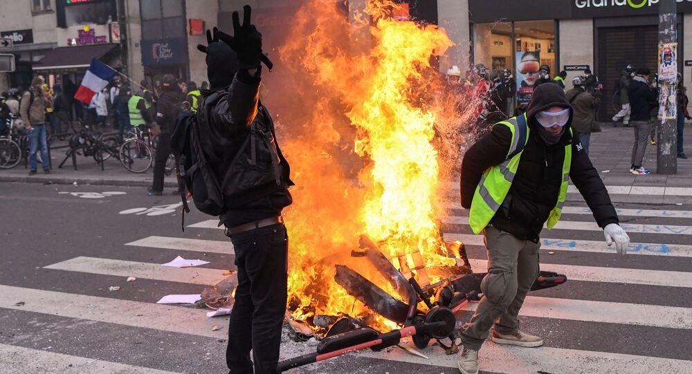 """Protesty w Paryżu: Starcia między """"żółtymi kamizelkami a policją"""