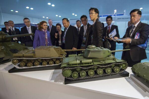 Uczestnicy 10. Międzynarodowych Targów Wojskowych Russia Arms Expo oglądają modele techiki wojskowej z czasów II Wojny Światowej - Sputnik Polska