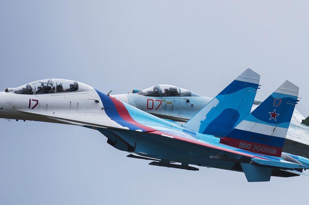 Występ zespołu akrobacyjnego sił powietrznych Rosji Sokoły Rosji podczas otwarcia 10. Międzynarodowych Targów Wojskowych Russia Arms Expo