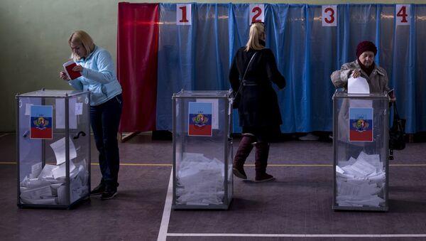 Mieszkańcy Ługańska głosują na wyborach szefa Ługańskiej Republiki Ludowej - Sputnik Polska