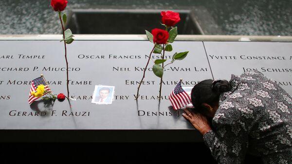 Kobieta przy pomniku ofiar ataku na WTC - Sputnik Polska