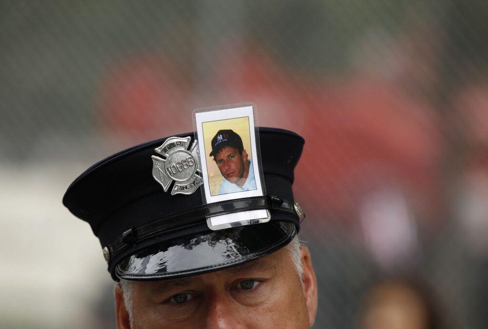 Strażak ze zdjęciem ofiary aktu terrorystycznego 11 września w Nowym Jorku
