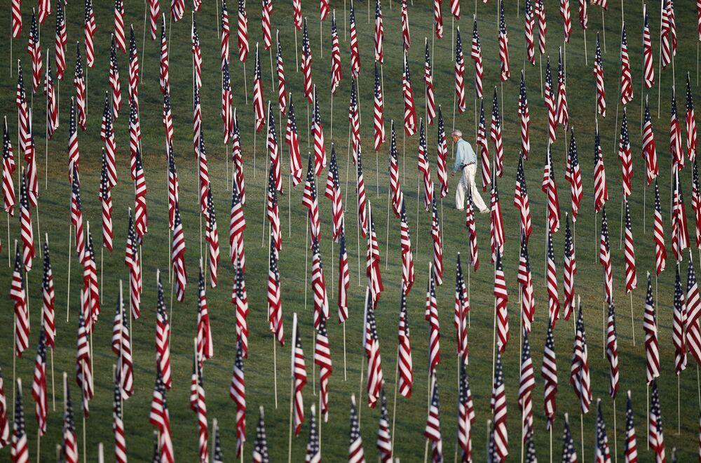 Tysiące flag amerykańskich ku czci ofiar zamachów terrorystycznych 11 września