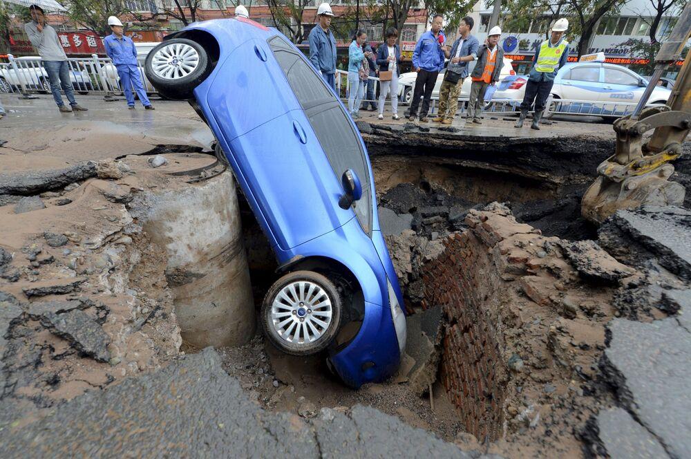 Samochód spadł do jamy na drodze, która prowadzi do chińskiego miasta Lanzhou