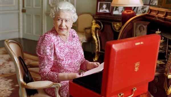 Królowa Wielkiej Brytanii Elżbieta II w swoich apartamentach w pałacu Buckingham - Sputnik Polska