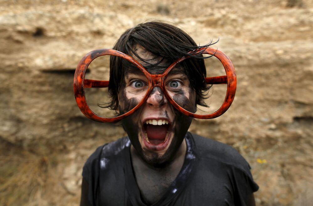 Uczestnik corocznego festiwalu Cascamorras na południowej Hiszpanii