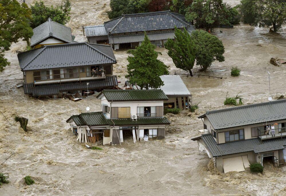 Mieszkańcy zatopionego miasta Joso-shi czekają na helikopter z ratownikami