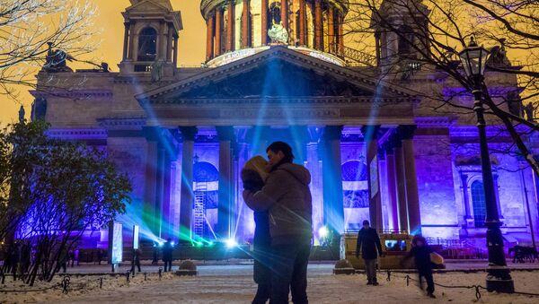 Pokaz multimedialny Festiwal Światła 2016 na fasadzie Soboru świętego Izaaka Dalmatyńskiego w Petersburgu - Sputnik Polska