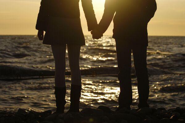 Para na brzegu  Morza Czarnego w Soczi - Sputnik Polska
