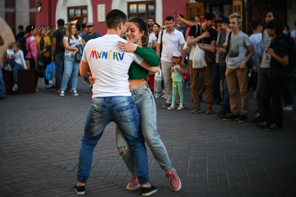 Turyści tańczą w centrum Kazania