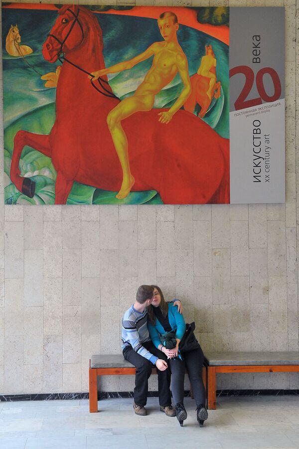 Zakochana para na fonie Państwowej Galerii Tretiakowskiej w Moskwie - Sputnik Polska