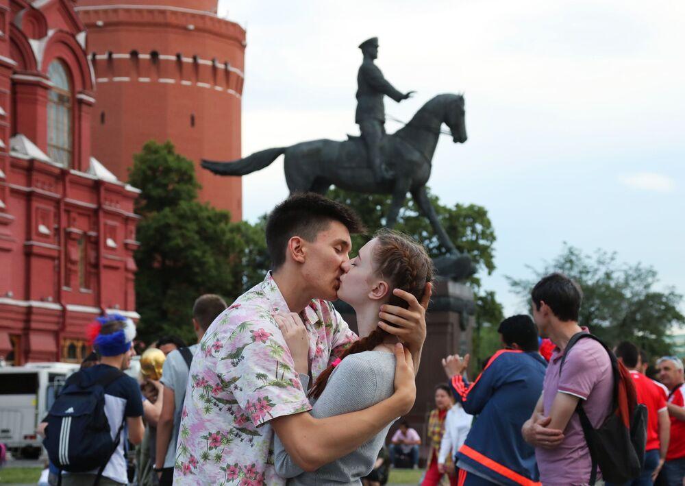 Zakochani całują się na Placu Maneżowym w Moskwie