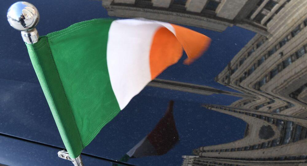 Flaga Irlandii na samochodzie ambasady przed budynkiem Ministerstwa Spraw Zagranicznych Federacji Rosyjskiej