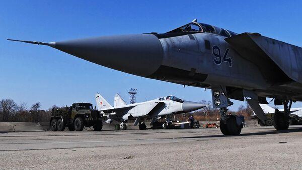 Wielozadaniowe myśliwce MiG-31 Sił Powietrzno-Kosmicznych Federacji Rosyjskiej na lotnisku w Kraju Nadmorskim - Sputnik Polska