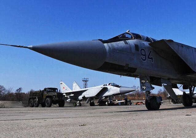 Wielozadaniowe myśliwce MiG-31 Sił Powietrzno-Kosmicznych Federacji Rosyjskiej na lotnisku w Kraju Nadmorskim
