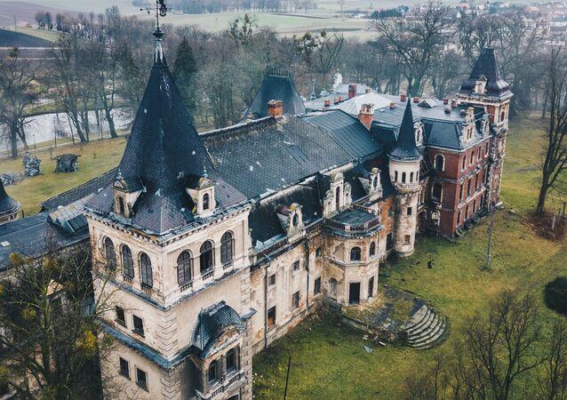 Opuszczony pałac w Krowiarkach w Polsce