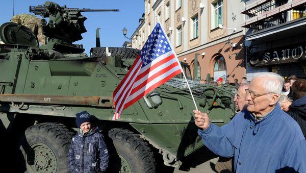 Mieszkańcy polskiego miasta Białystok witają wojska USA - Sputnik Polska