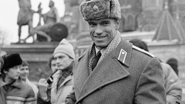 Arnold Schwarzenegger w czapce uszance - Sputnik Polska