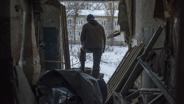 Lokalny mieszkaniec w miejscowości Doniecki w obwodzie ługańskim - Sputnik Polska