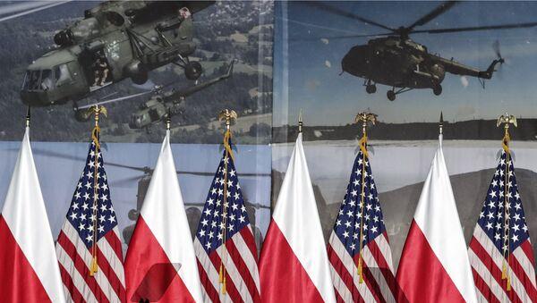 Flagi Polski i Stanów Zjednoczonych przed przyjazdem do Warszawy wiceprezydenta USA Mike'a Pence'a, aby wziąć udział w szczycie bliskowschodnim - Sputnik Polska