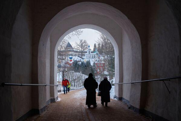 Monaster Pskowsko-Pieczerski w Pieczorach. Kompleks klasztorny został założony w połowie XV wieku - Sputnik Polska
