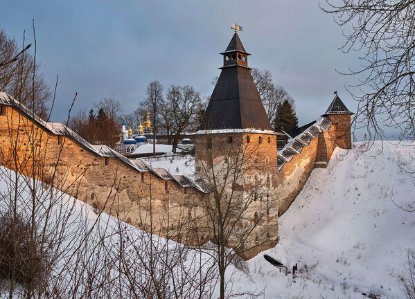 Wieże i mury obronne Monasteru Pskowsko-Pieczerskiego w Pieczorach. Kompleks klasztorny został założony w połowie XV wieku - Sputnik Polska