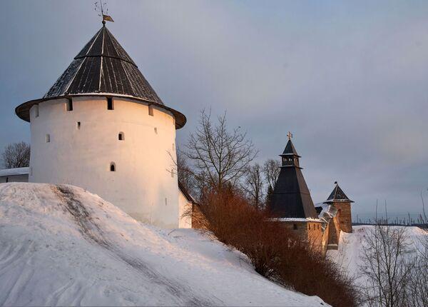 Wieże i mury obronne Monasteru Pskowsko-Pieczerskiego w Pieczorach. Kompleks został założony w połowie XV wieku - Sputnik Polska
