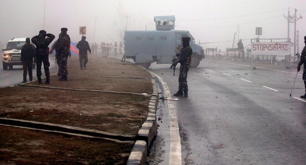 Indyjscy żołnierze w miejscu eksplozji bomby domowej roboty w spornym Kaszmirze