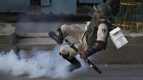 Indyjski żołnierz w miejscu eksplozji bomby domowej roboty w spornym Kaszmirze - Sputnik Polska