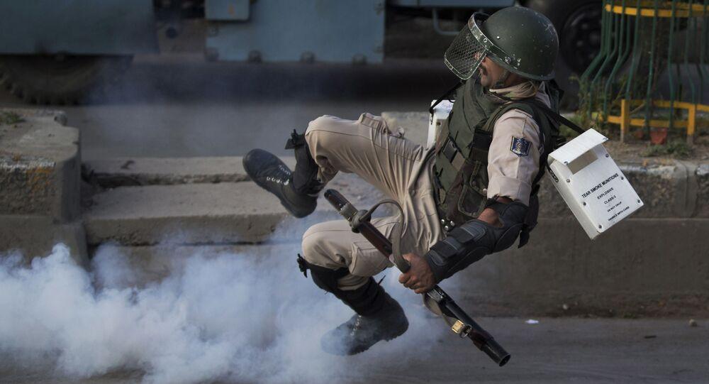 Indyjski żołnierz w miejscu eksplozji bomby domowej roboty w spornym Kaszmirze