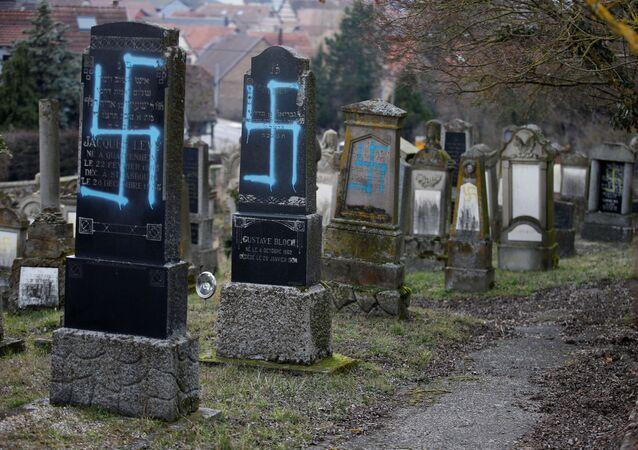 Nagrobki zbezczeszczone swastykami i antysemickimi napisami na cmentarzu żydowskim w gminie Quatzenheim we wschodniej Francji