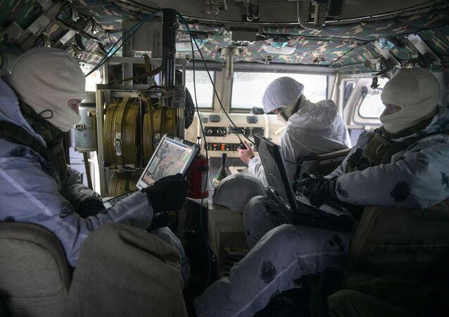 """Wojskowi odpowiedzialni za taktyczne bezzałogowe aparaty latające """"Tachion-3 na ćwiczeniach w obwodzie pskowskim"""