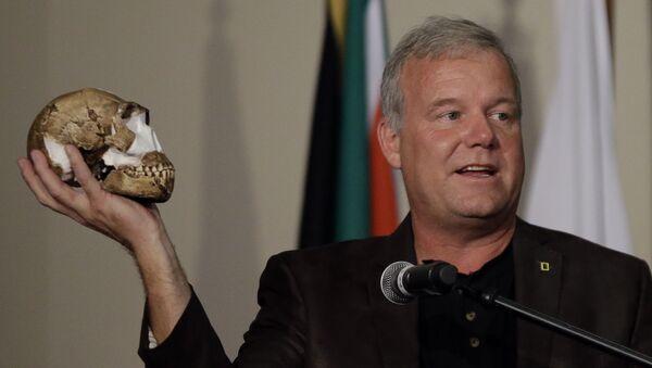 Profesor uniwersytetu Witwatersrand Lee Berger trzyma w ręku czaszkę Homo naledi - Sputnik Polska