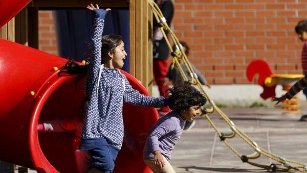 Dzieci uchodźców grają na szkolnym podwórku - Sputnik Polska