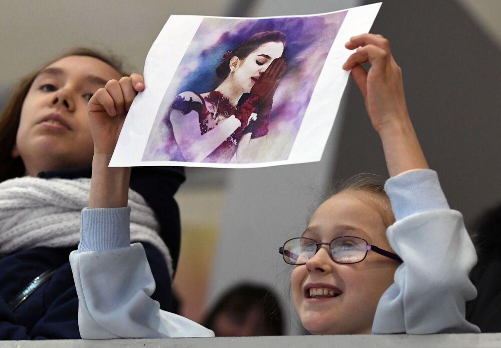 Mała kibicka trzywa portret Jewgienii Miedwiediewej