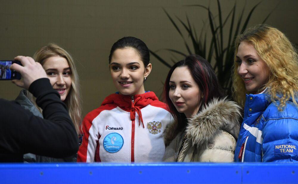Jewgienija Miedwiediewa i Jelizawieta Tuktamyszewa (w centrum)