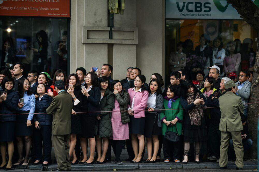 Ludzie oczekujący na konwój z Kim Dzong Unem w stolicy Wietnamu, mieście Hanoi