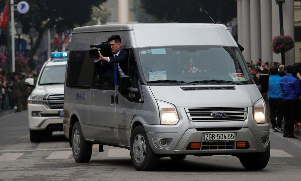 Operator nagrywa przejazd Kim Dzong Una w Wietnamie