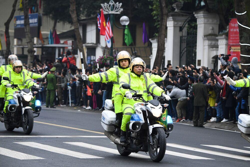 Wietnamska policja podczas wizyty Kim Dzong Una