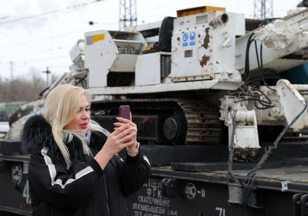 """Dziewczyna ogląda technikę wojenną podczas akcji wojenno-patriotycznej """"Syryjski przełom"""""""
