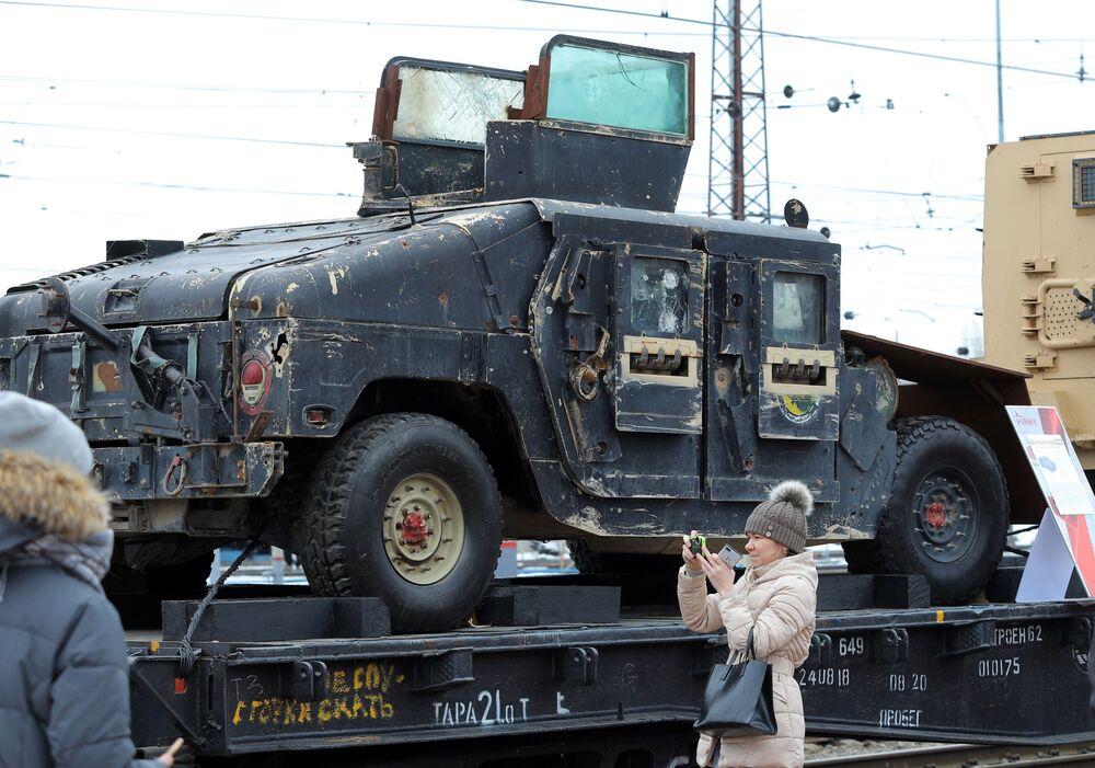"""Mieszkańcy Biełgorodu oglądają technikę wojenną, którą przejęli u bojowników w Syrii, w ramach akcji wojenno-patriotycznej """"Syryjski przełom"""""""