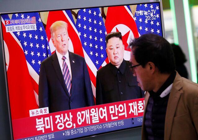 Prezydent USA Donald Trump i przewodniczący Korei Północnej Kim Dzong Un w czasie drugiego szczytu USA-KRLD w Hanoi
